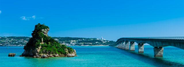 【ドライブ】     2005年に隣の屋我地島との間に古宇利大橋が開通し、車で行ける離島となりました。橋を渡る際には、うちなーんちゅ(沖縄人)も絶賛するほど透明度が高い海の間を車で走り抜ける爽快感は格別です。